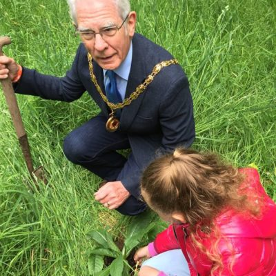 Mayor Gardening With School Children At Coed Wen - Click to open full size image