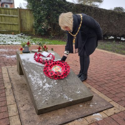 Mayor laying Airmans Grave Wreath